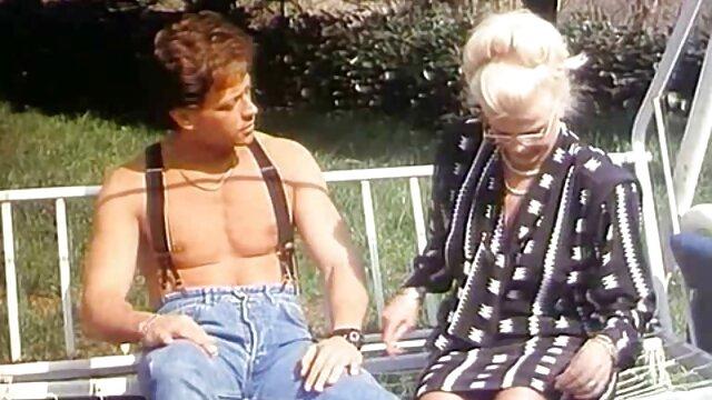 金髪の売春婦大きな胸ルールーは、セクシーな赤いパンティーとハイヒールで自慰行為をします 女性 エッチ 無料 動画